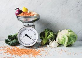 matvåg och nyttig mat som broccoli och linser etcetera
