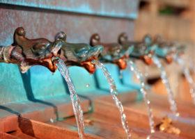 Vatten rinner ur kranar