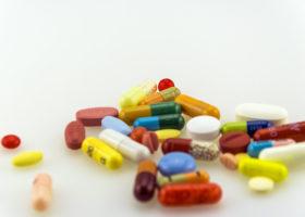 färgglada piller på bord