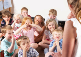 barn i förskoleklass pekar på sina näsor och lärare gör likadant