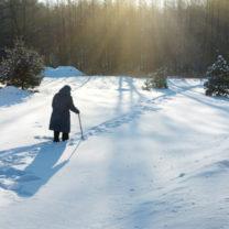 Linnea Ling ute och går i snö