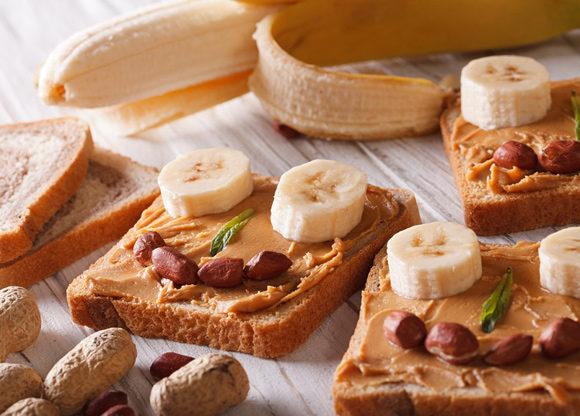 Banan och jordnötssmörgåsar i form av roliga gubbar
