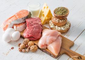 Skärbräda med olika sorters kött och mejeriprodukter
