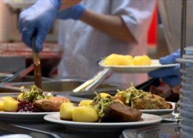 Personal serverar mat i matsal
