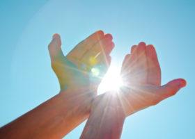 Händer fångar solen