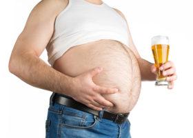 överviktig man med stor mage, linne och ölglas