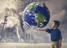 Montage med barn som håller en jord med hus och föroreningar i bakgrunden