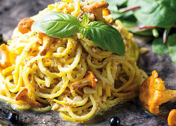 Zucchinipasta med kantarellpesto