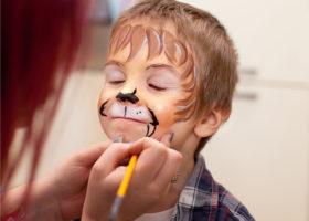 Fyraårig pojke blundar och blir ansiktsmålad