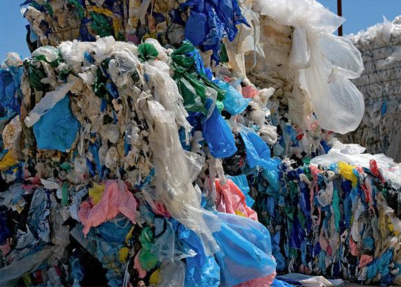 massor med tunna plastkassar samlade på hög utomhus i något städprojekt