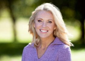 Vacker blond kvinna i femtioårsåldern utomhus