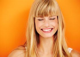 vacker kvinna med fint hår och fin hy mot gul bakgrund