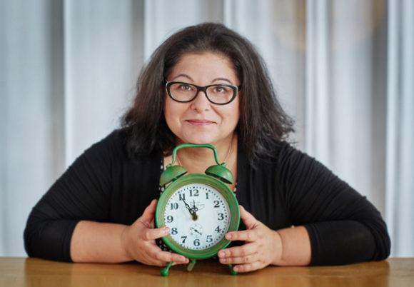 Dorotea Pettersson med en stor klocka