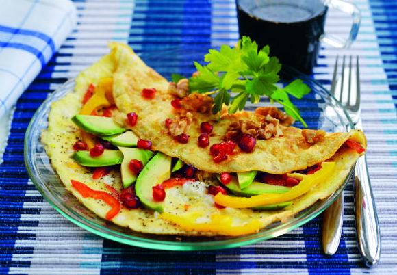 färgglad omelett på tallrik