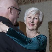 Gunnie dansar med sin man