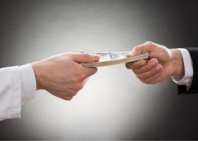 pengar byter ägare - en läkarhand och en businesshand