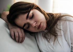 kvinna somnar sittande i soffan