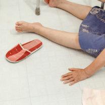 kvinna har ramlat på badrumsgolv