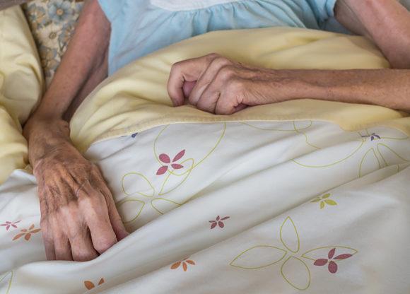 Äldre mycket smal kvinna i sin säng