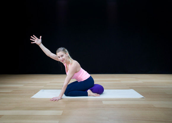 sara ström visar yoga mot ryggont