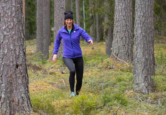 Sandra springer i skogen