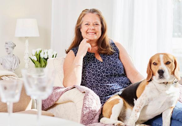Ewa Nilsson i soffan med sin hund