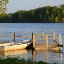 liten båt vid brygga vid sjö