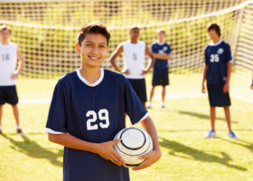pojkar på fotbollsplan