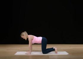 Kvinna visar yoga för gravida