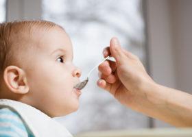 barn blir matat med sked