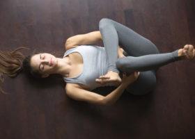 Kvinna stretchar