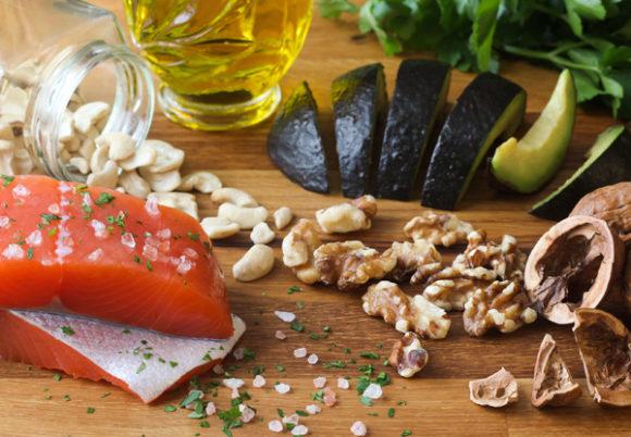 Hälsosam mat, nötter, lax. olivolja och avokado