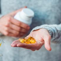 kvinna håller i burk med omega-3