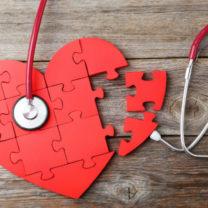 hjärtformat pussel med steteoskop