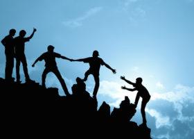 manniskor som hjalper varandra