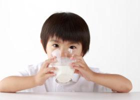 barn dricker mjolk
