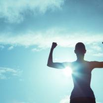 kvinna visar musklerna