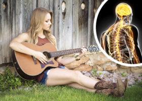 kvinna spelar gitarr och sjunger nervsystemet