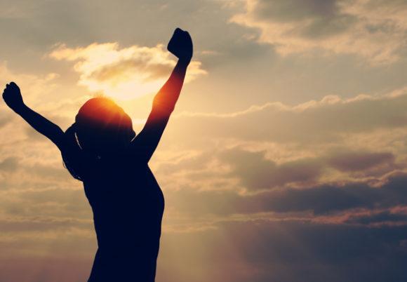 kvinna stracker sig mot solen