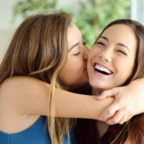 två flickor kramas