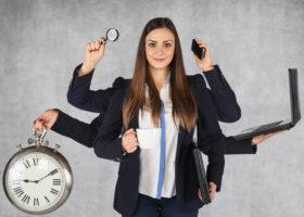 kvinna med många armar håller i telefon,och dator med mera