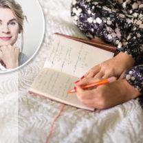 kvinna skriver dagbok i sängen titti holmer