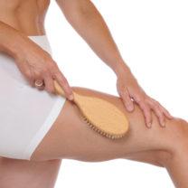 kvinna torrborstar sitt ben