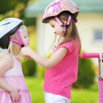 barn hjälper varandra