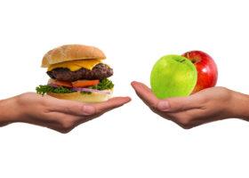 hand med hamburgare hand med äpple