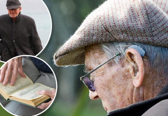 äldre man i keps, man som går och gamla manshänder