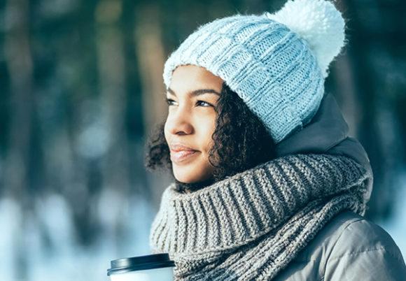 mörkhyad kvinna i vinterlandskap