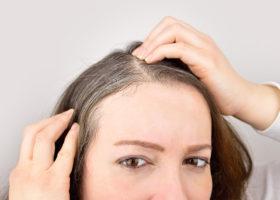 kvinna tittar på gråa hår
