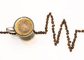 kaffe kopp ekg kurva av kaffebönor