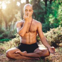 man andas i lotusställning